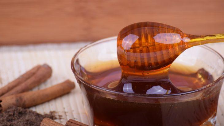 12 medových DIY receptov pre vaše vlasy a pleť